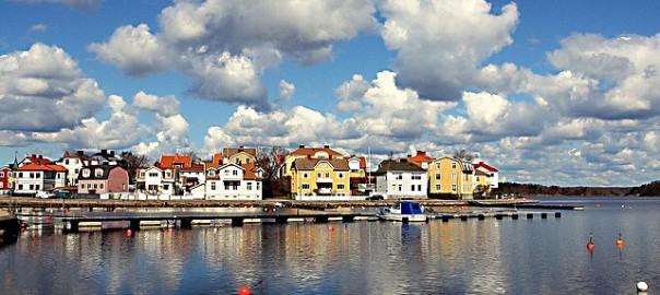 Karlskrona från vatten visas flera lägenheter och hus